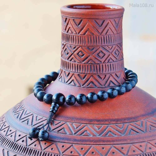 Буддийские четки-браслет из черного агата с гравировкой мантры «Ом мани падме хум», они же — четки на руку