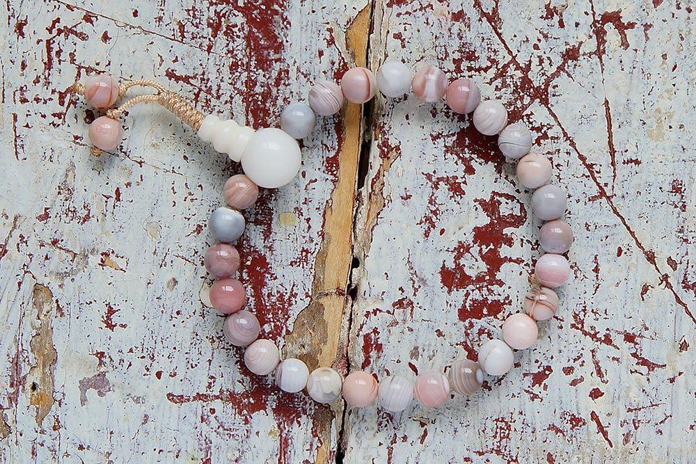 Изящные буддийские четки-браслет из агата, добытого на месторождениях Ботсваны (Южная Африка), они же — четки на руку