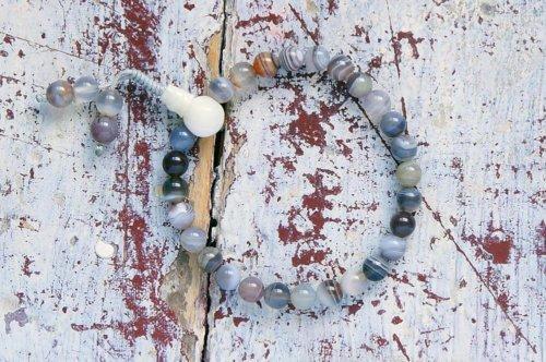 Изящные буддийские четки-браслет из полированного агата, добытого на месторождениях Бразилии, они же — четки на руку