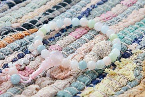 Изящные буддийские четки-браслет из берилла различных оттенков (розовый морганит, голубой аквамарин, зеленый гешенит), они же — четки на руку