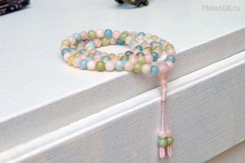Изящные буддийские четки из берилла различных оттенков (розовый морганит, голубой аквамарин, зеленый гешенит)