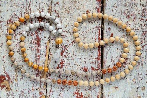 Классические буддийские четки из окаменевших ракушек каури, дерева бокоте, желтого коралла, кахолонга и семян рудракши