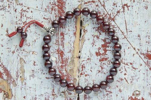 Буддийские четки-браслет из граната с серебряной гуру 27 бусин