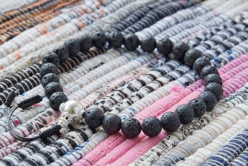 Буддийские четки-браслет из базальта (лавы) с серебряной гуру
