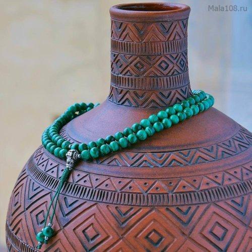Изящные буддийские четки из конголезского малахита c серебряной гуру