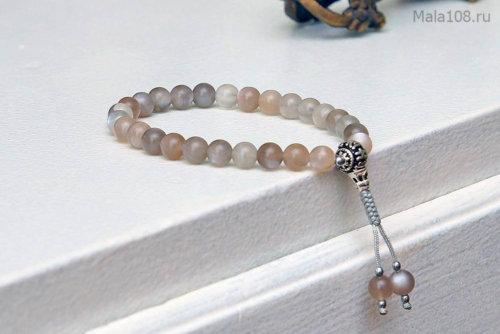 Изящные буддийские четки-браслет из лунного камня серого оттенка, они же — четки на руку