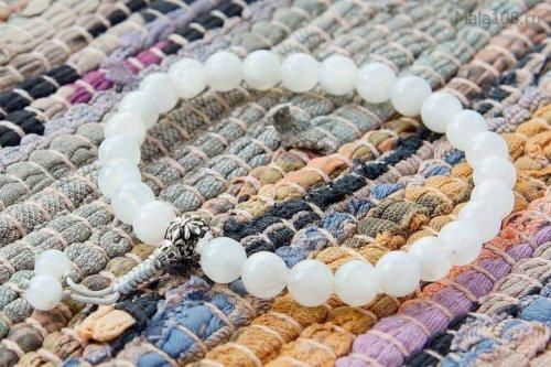 Буддийские четки-браслет из лунного камня с серебряной гуру, они же — четки на руку