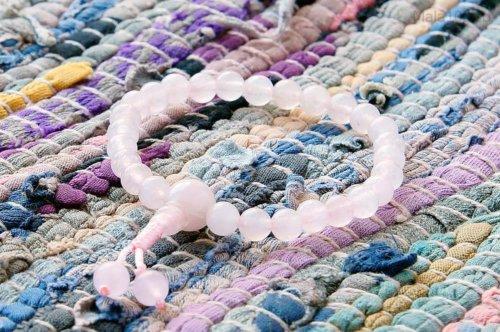 Изящные буддийские четки-браслет из тонированного кварца 27 бусин, они же — четки на руку