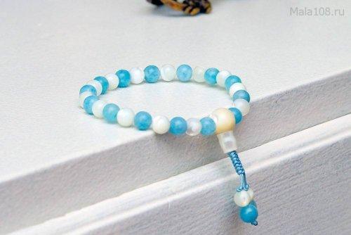 Изящные буддийские четки-браслет из кварца и перламутра 27 бусин, они же — четки на руку