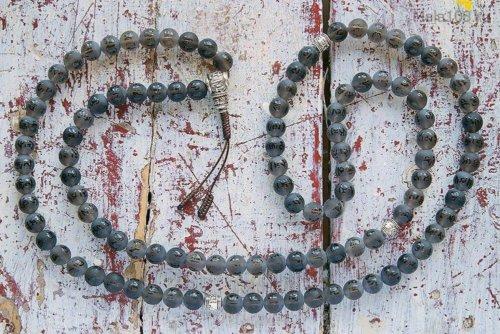 Крупные буддийские четки из матового раухтопаза с выгравированной мантрой «Ом мани падме хум»