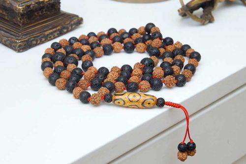 Буддийские четки из базальтовой лавы и рудракши с бусиной Дзи «через узелок»