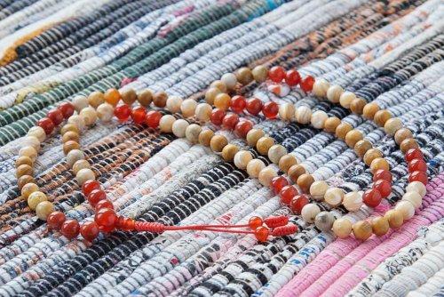 Буддийские четки из сердолика, коралла, дерева и перламутра