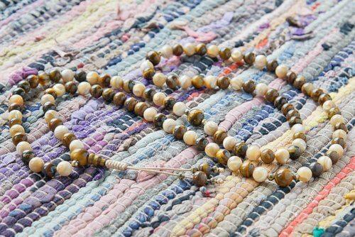 Буддийские четки из тигрового глаза и перламутра 108 бусин