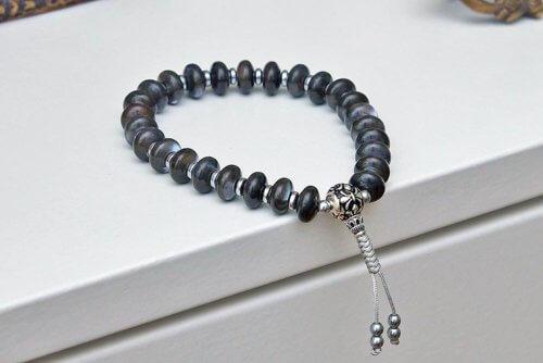 Буддийские четки-браслет из перламутра с серебряной гуру 27 бусин