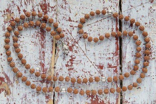 Классические буддийские четки из рудракши с лотосами 108 бусин