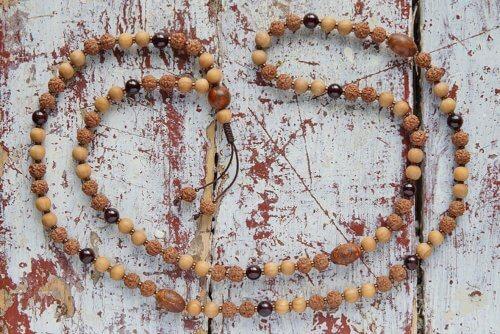 Изящные буддийские четки из рудракши, граната и ясеня 108 бусин