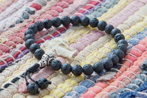 Буддийские четки-браслет из вулканического базальта 27 бусин с серебряной гуру
