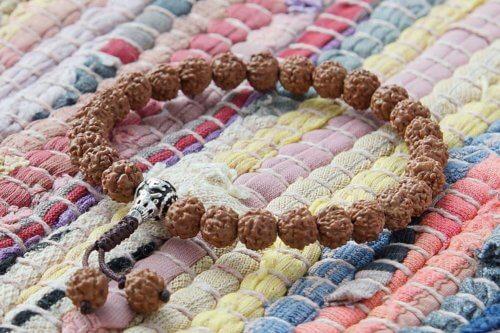 Буддийские четки-браслет из рудракши с серебряной гуру 27 бусин