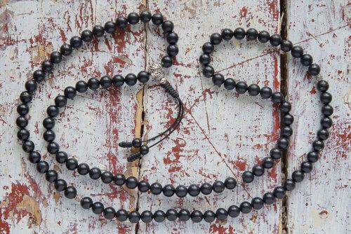 Буддийские четки из шунгита 108 бусин с серебряной гуру