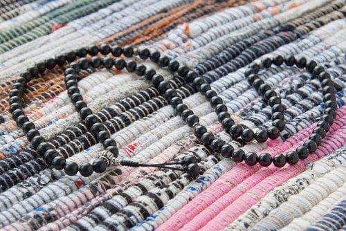 Изящные буддийские четки из шунгита с серебряной гуру 108 бусин